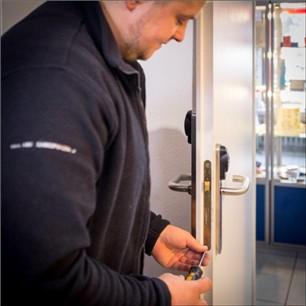 Naprawianie zamka w drzwiach